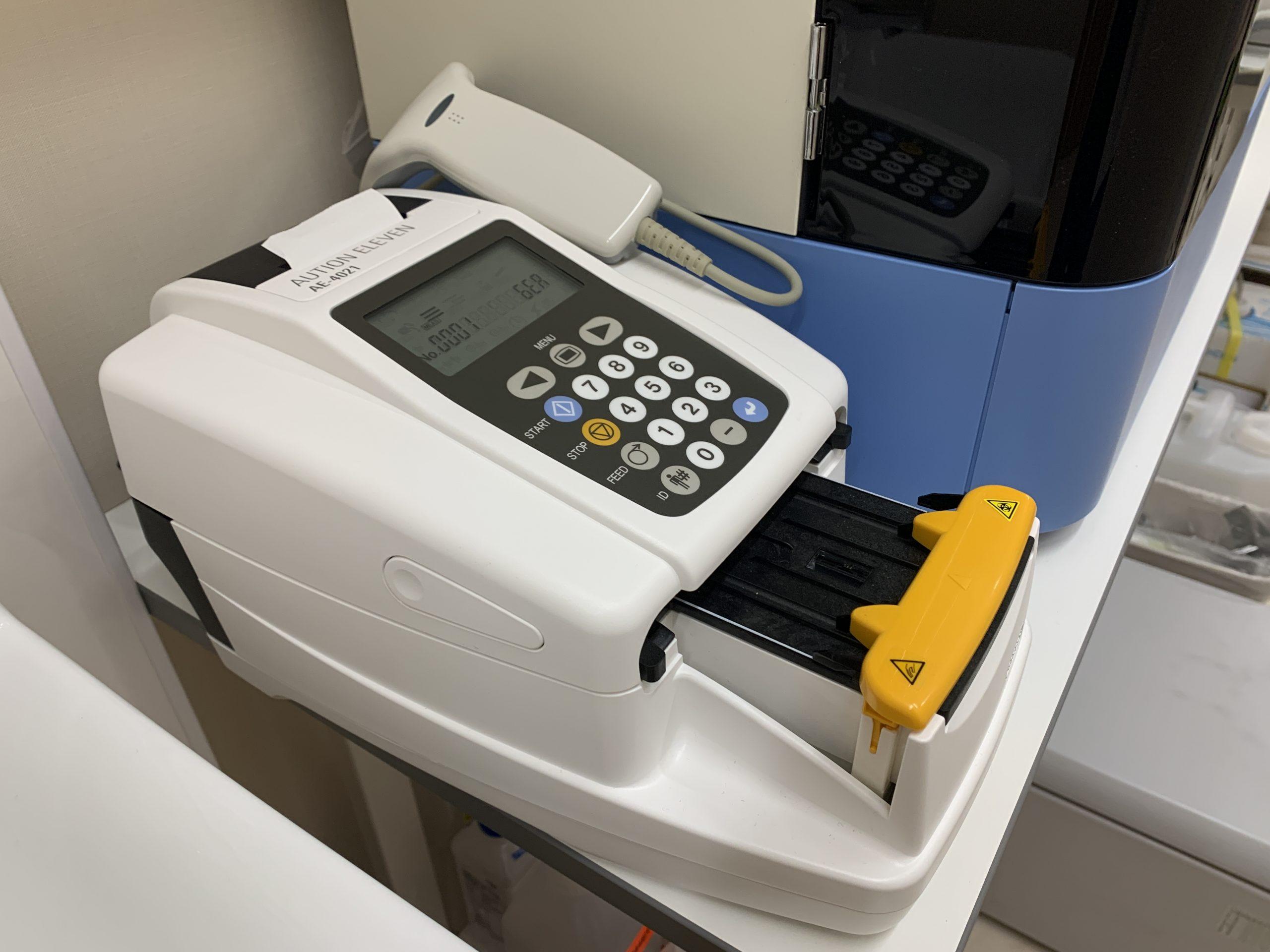 自動尿分析装置 オーションイレブン AE-4021<br>尿蛋白、尿糖、尿潜血、尿ケトン、微量アルブミン半定量検査が行えます